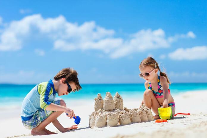 Bambini al mare: 10 consigli per proteggerli dal sole
