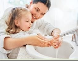 come insegnare ai bimbi a lavarsi le mani